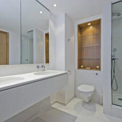 Peilit, lasihyllyt ja suihkutilan lasiseinät